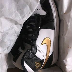 Air Jordan 1 Mid (Patent Black White Gold)